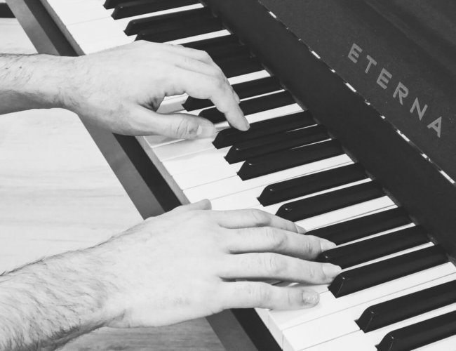 Luca hands piano lessons den haag colour greys